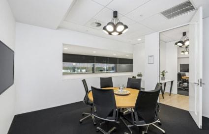 Royal | 6 Person Meeting Room