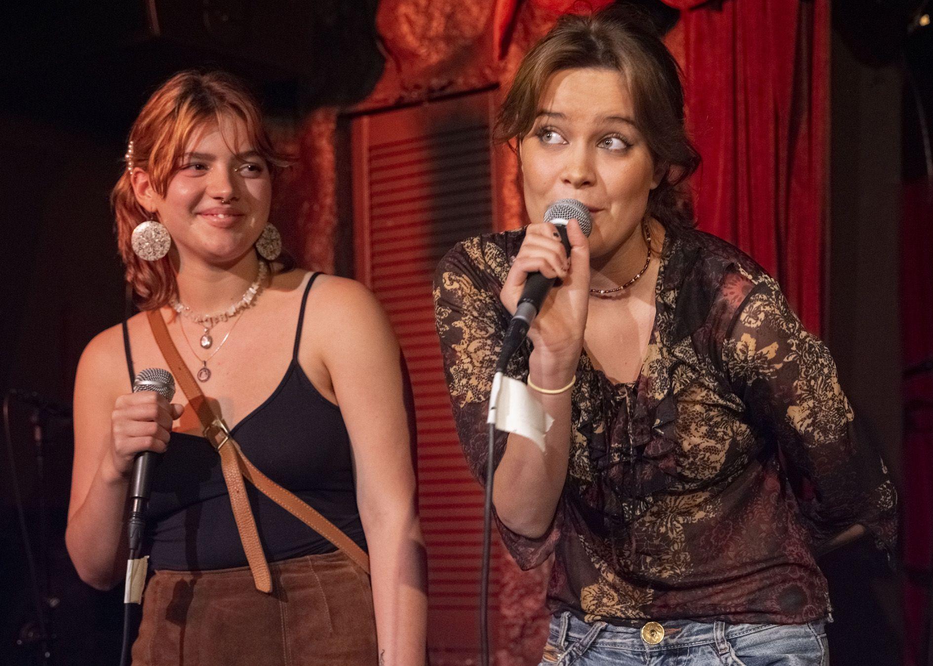 Fullt hus på konsert med visesang på Josefine visescene