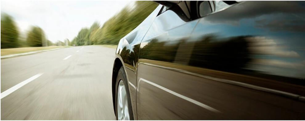 bil som kjører i fart på en motorvei