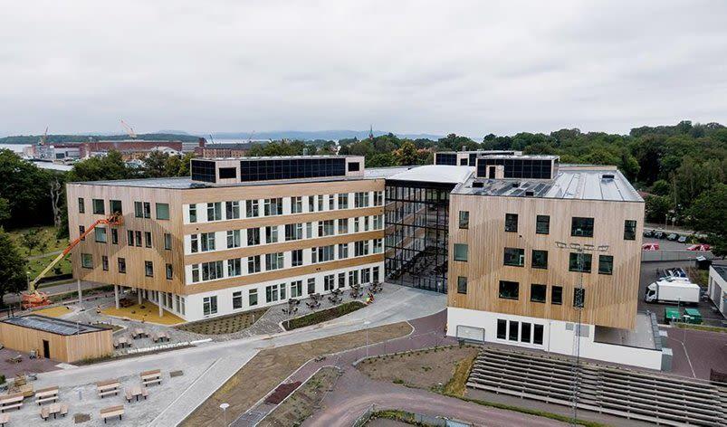 Bilde av Horten skole, et stort og moderne bygg.