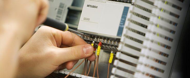 elektriker ojbber med komponenter