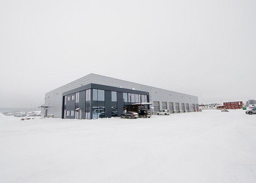 Stort næringsbygg i vinterlandskap ved Gardemoen.
