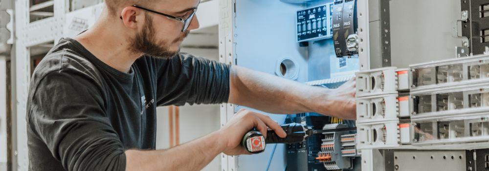 tavleproduksjon i bedrift med elektriker fra Moss Elektro