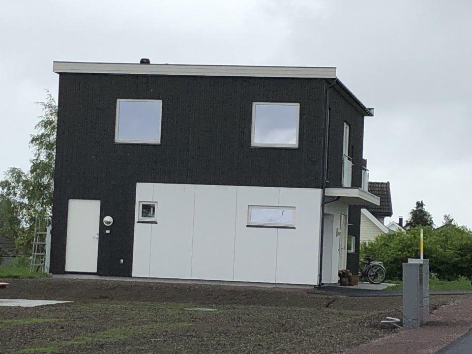 En bolig i sort og hvit utførelse, i Langgata i Horten.