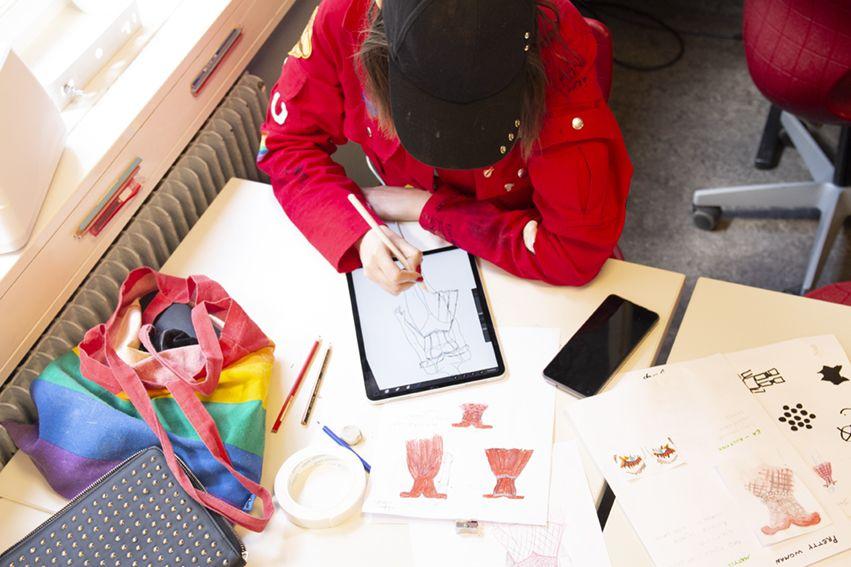 Design og tegning av kostymer til forestillingen på iPad