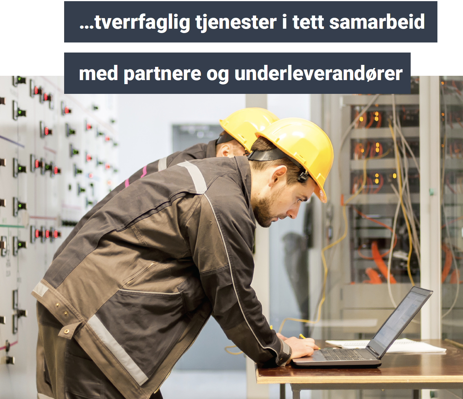 elektriker fra Moss Elektro tar en internkontroll hos en bedrift.