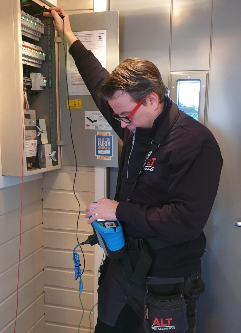Kjell sjekker sikringsskap