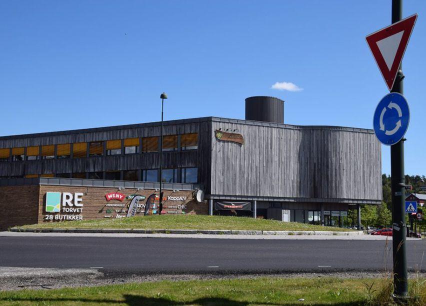 Bilde av et stort kjøpesenter i treverk.