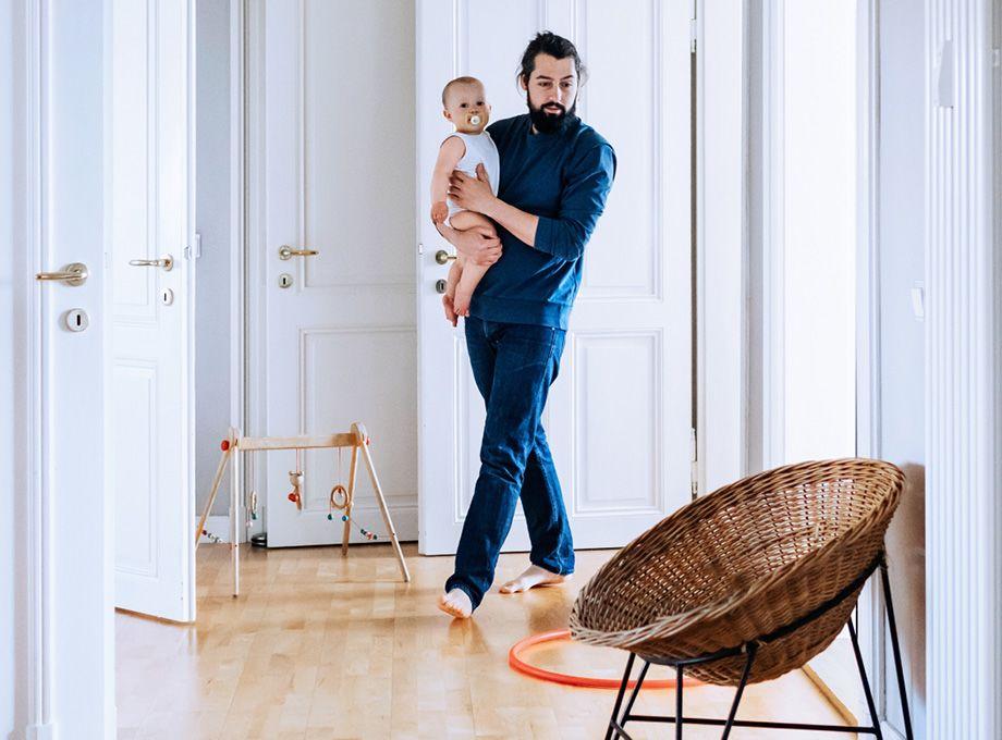 varmestyring i smarthjem - mann går med baby