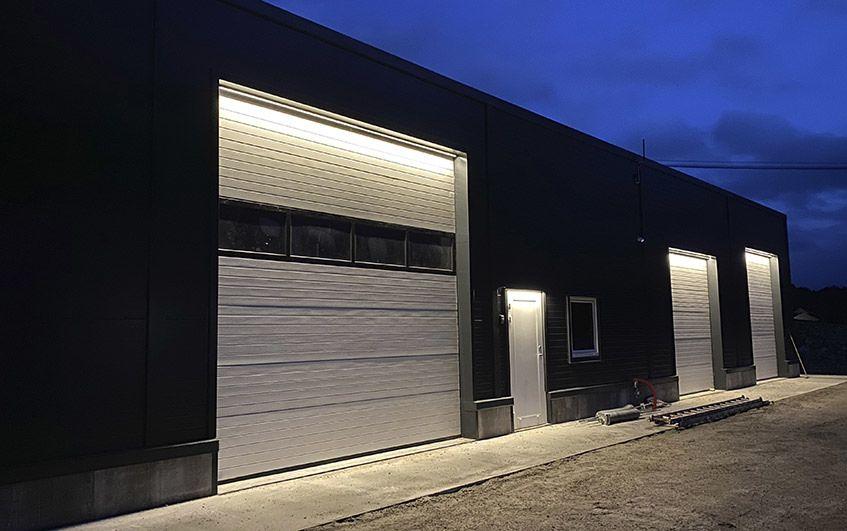 Lys uten blending over port på lagerbygg