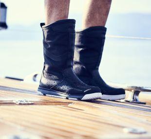 musto race boot sort på foten