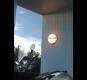Lampe på vegg over moped