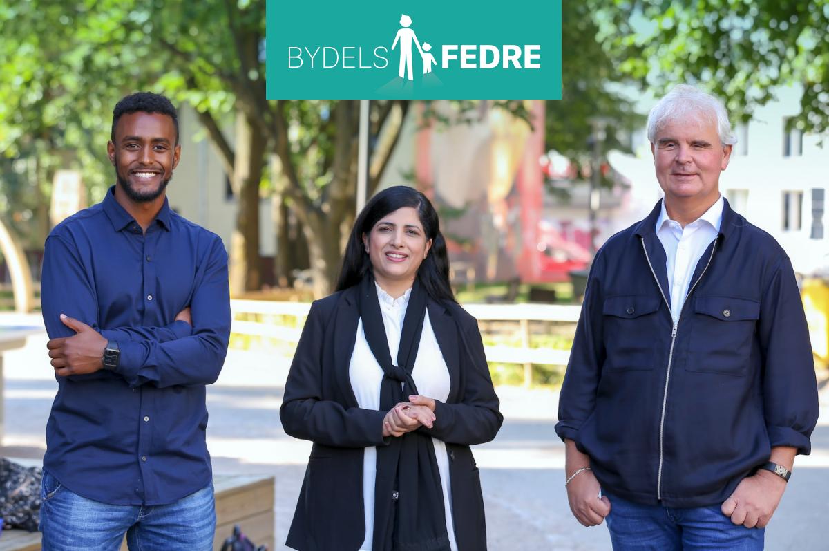 Prosjektleder for Bydelsfedre Lars Semmerud, prosjektmedarbeider Thomas Haile og leder for Bydelsmødre Norge Nasreen Begum står sammen ute ved skolegården på Tøyen skole.