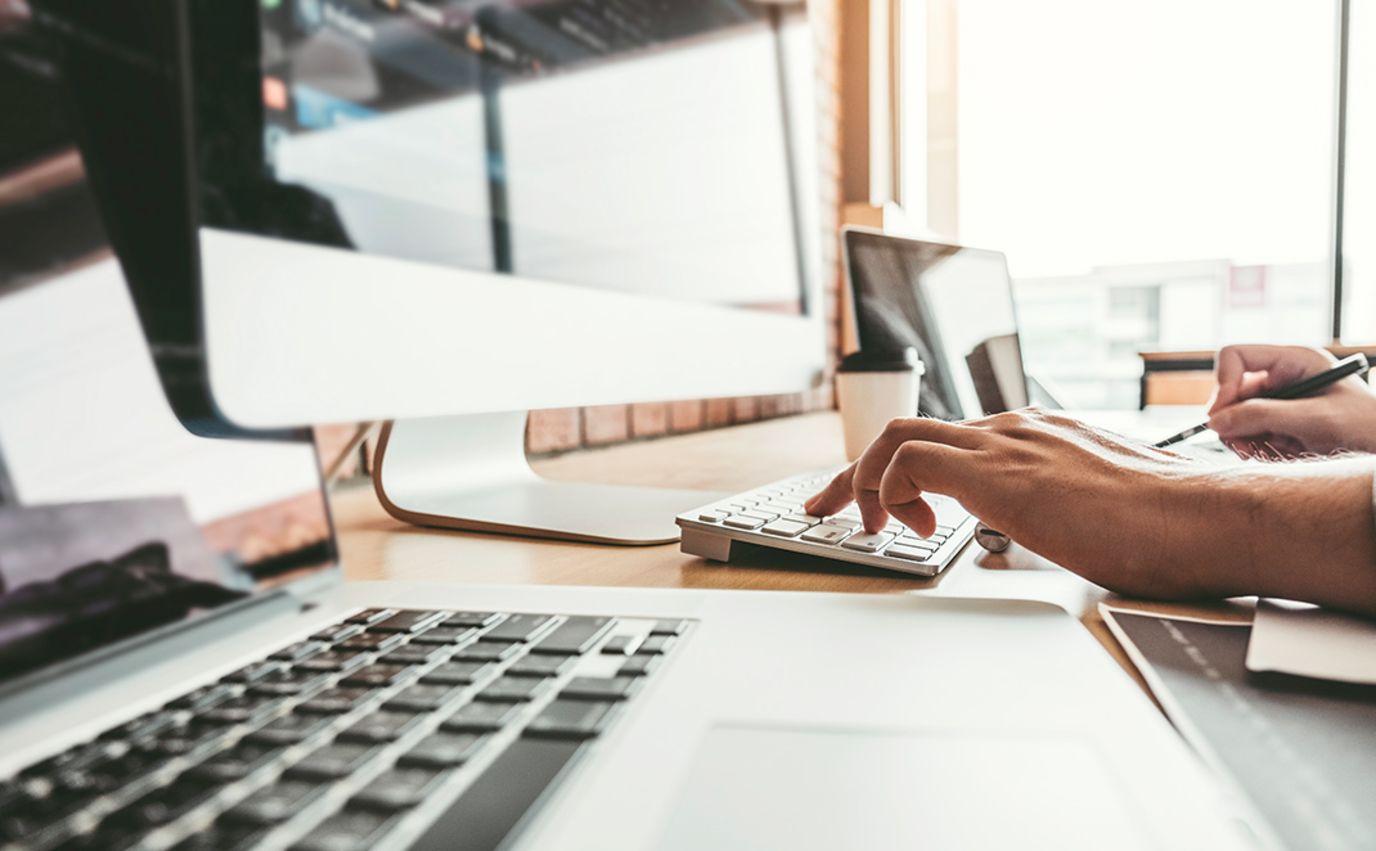 it-arbeid med hender på tastatur