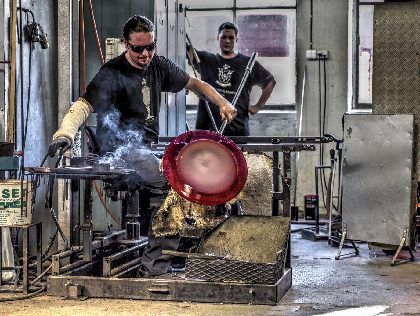 Glassblåser lager glass i Hadeland Glassverk