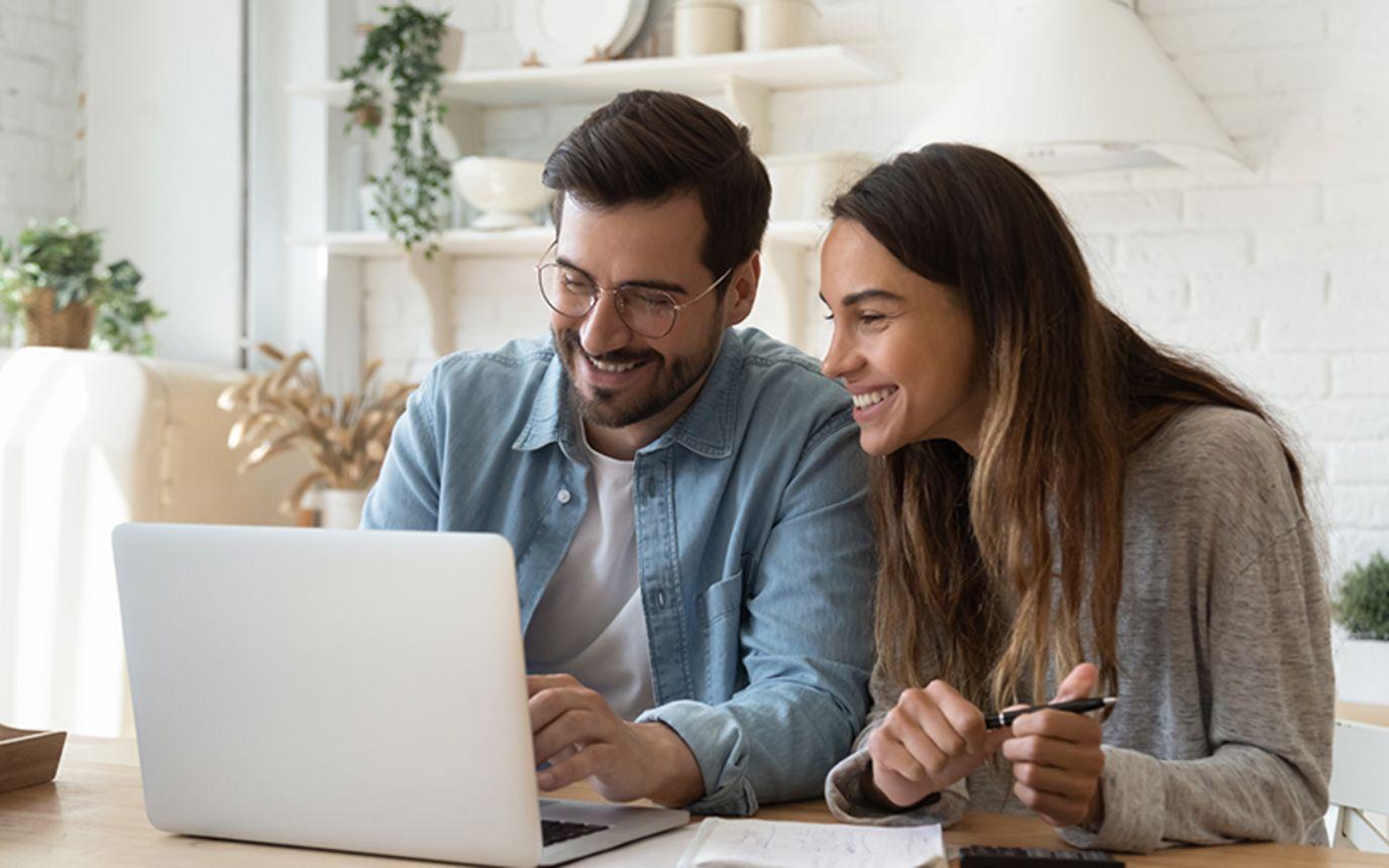 to mennesker ser på en skjerm og gjør tilvalg