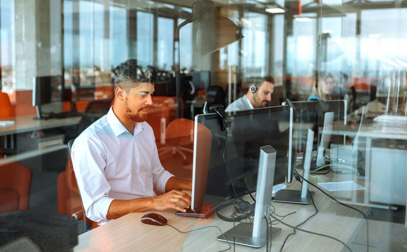 mann i kontorlandskap