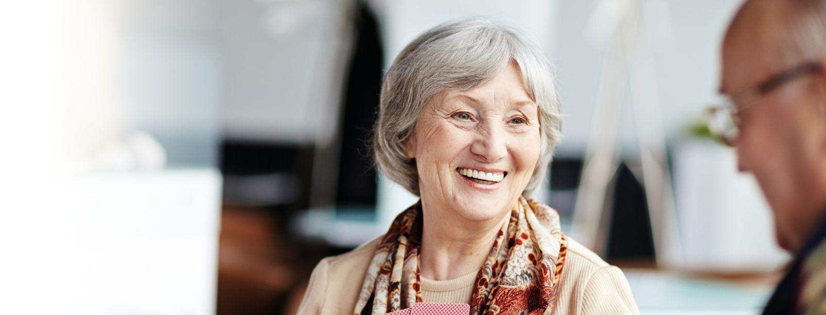 En eldre kvinne nyter et korttidsopphold hos Gabels Park.