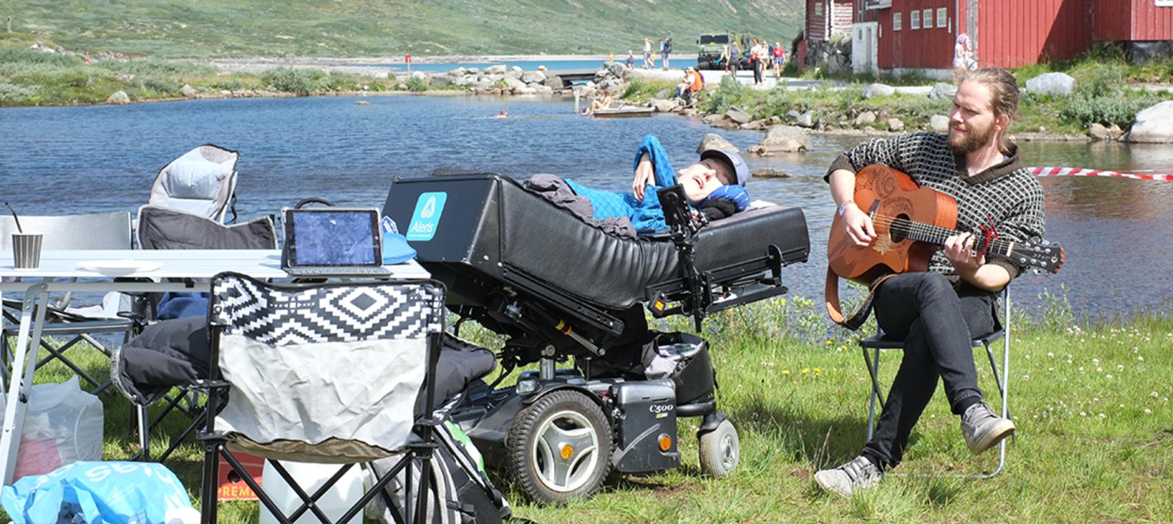 Assistenten fra Stendi spiller for mann i rullestol