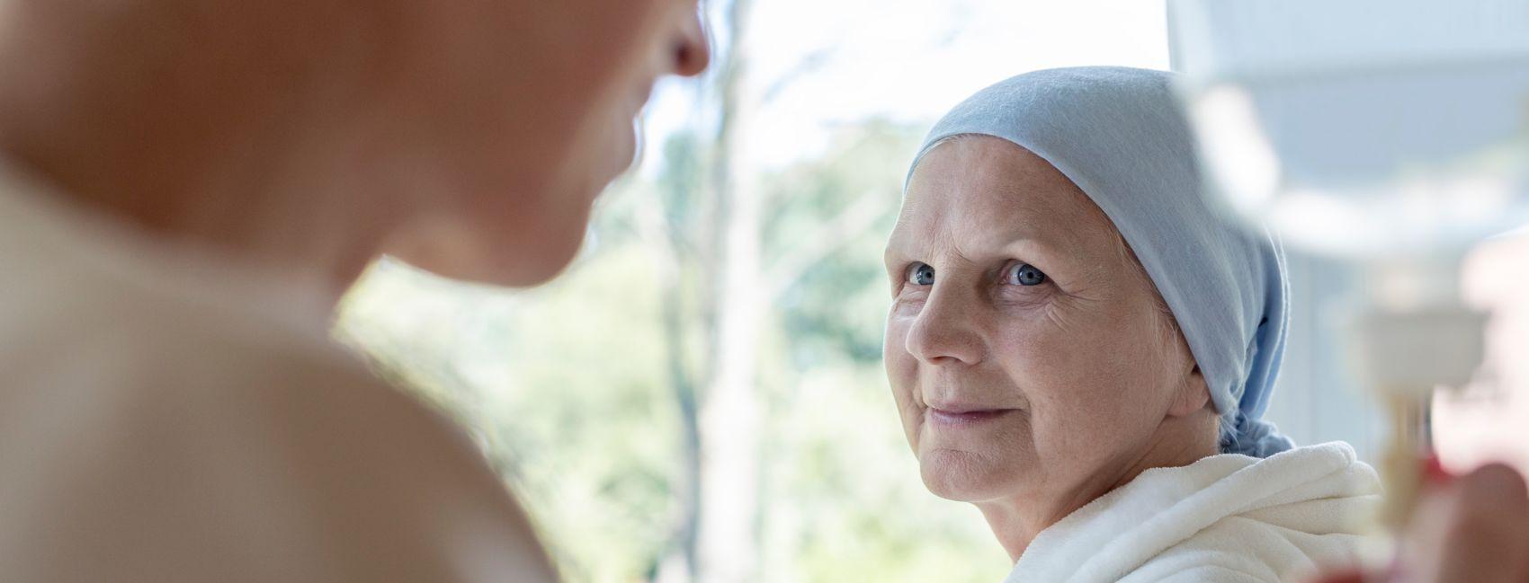 En syk eldre kvinne har fått besøk av hjemmeteamet til Stendi, for pleie og omsorg.