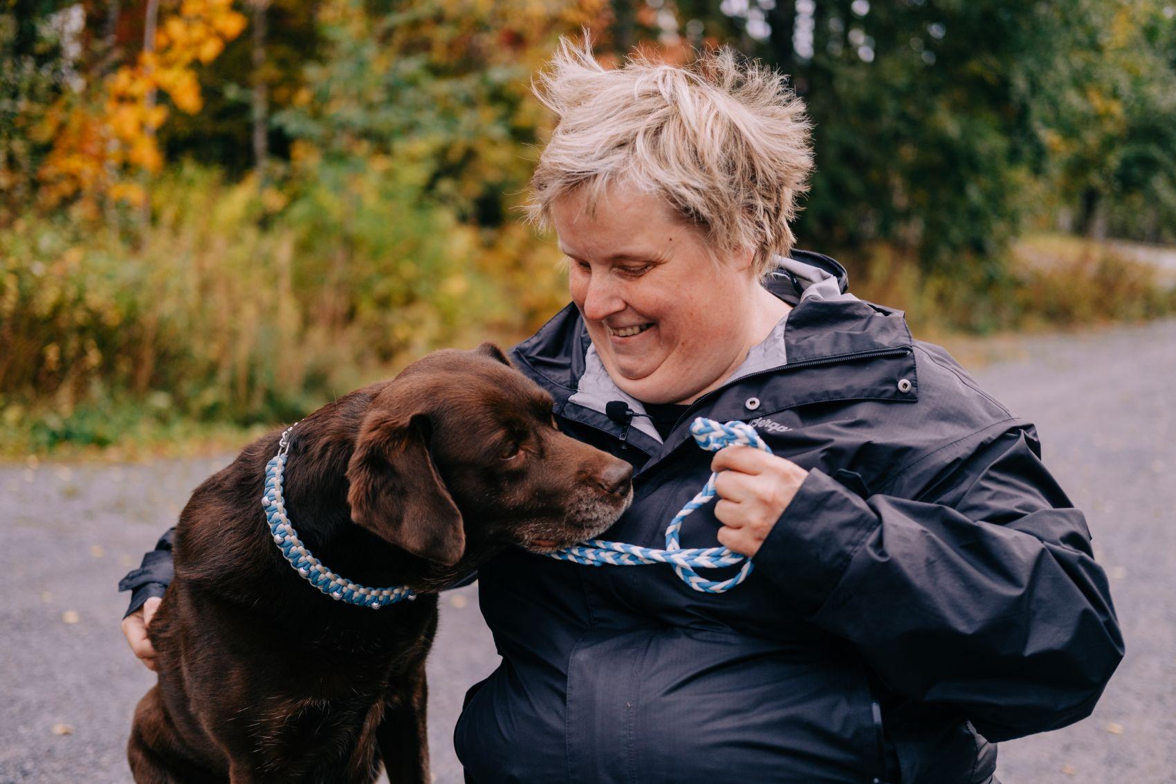 Blind BPA-kunde på skogstur med hund