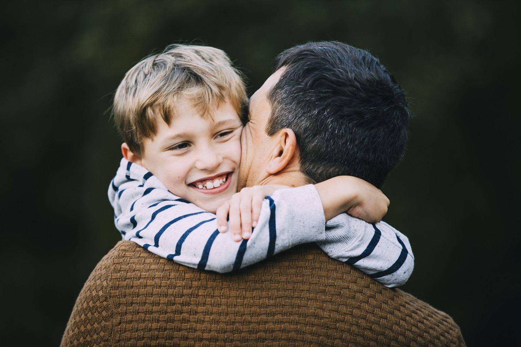 Gutt som klemmer fosterfar