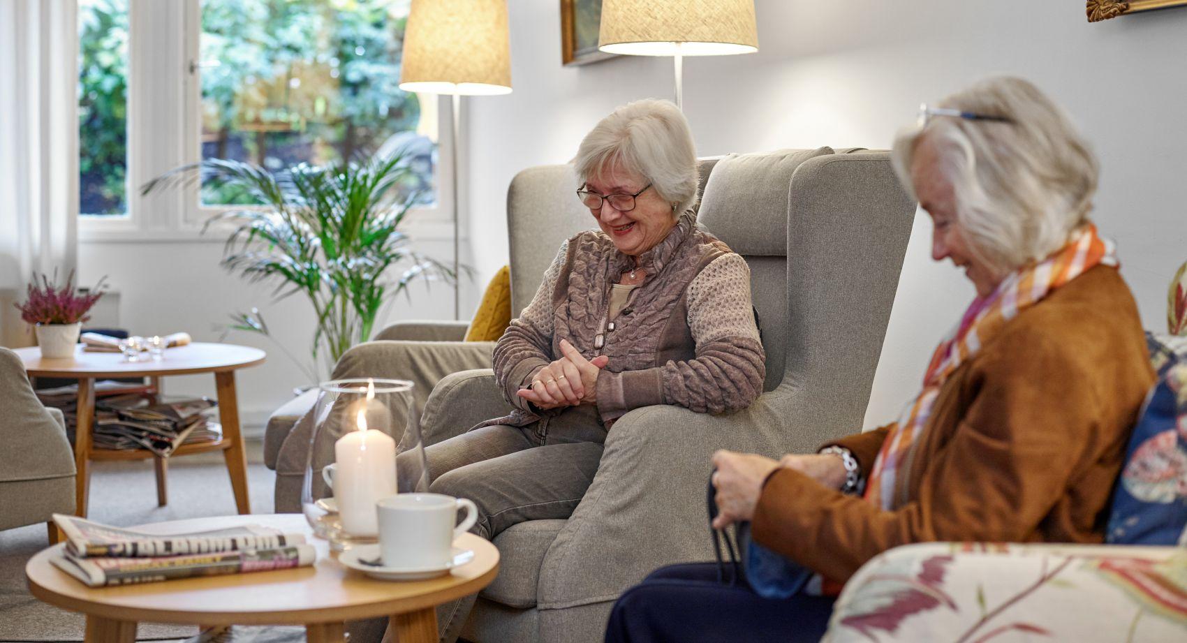 To kvinnelige beboere hod Gabels Park deler en hyggelig stund i felles stuen.