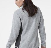 Varde Fleece jakke fra Helly Hansen. Grå jakke til dame. Bildet er av jakken på modell sett bakfra