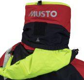 HPX Ocean jacket fra Musto i fargen true red. Produktbildet viser jakkens detaljer bak i nakke med hetten