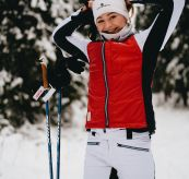 5mila vest fra amundsen sports. bildet viser en dame i 5Mila-klær som er på skitur