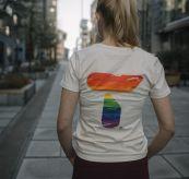 PRIDE tskjorte fra Tufte Wear til dame. Tskjorten vises på kvinnelig modell som går i byen, tskjorten vises fra baksiden