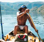 5 incher concord shorts fra amundsen sports til herre i fargen Moss. Bildet viser en mann som ror kano i flotte omgivelser