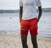 Womens Vipe Shorts i fargen Grenadine fra Tufte Wear. Shortsen er avbildet på damemodell langs havet