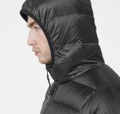 Svalbard Down Jacket fra Helly Hansen i fargen black. Produkt på kropp - detaljbilde hette