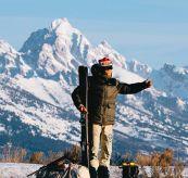 Groomer Jacket i grønt til herre fra Amundsen Sports. Miljøbilde av jakken på modell - skitur i fjellet