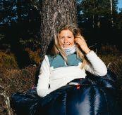 Roamer Fleece fra amundsen sports til dame i fargen golden pyre. produktbildet viser genseren på damemodell på tur i skogen