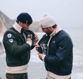 breguet jakke til herre. miljøbildet viser jakken på to  menn ved havet.