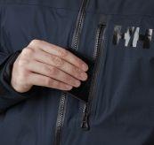 Arctic Ocean Puffy Jacket fra Helly Hansen i fargen navy. Detaljbilde av lomme i front av jakken