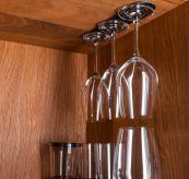 silwy vinglass med magnetisk bunn. miljøbilde - hengende i skap