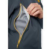 Verglas Infinity jakke fra Helly Hansen til herre i fargen Slate. Jakken er avbildet på herremodell, hvor det vises nærbilde av detalj i front
