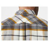 Classic Check Shirt fra Helly Hansen til herre i fargen Slate. Produktbildet viser skjorten på herremodell, med nærbilde av detalj på rygg