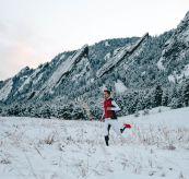 5mila vest fra amundsen sports. bildet viser en mann som er ute og løper i snøen blant fjellene