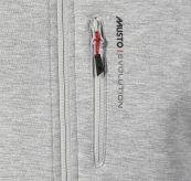 Evolution Full Zip Tech Sweater fra Musto i fargen Platinum. Produktbildet viser logodetalj ved glidelås