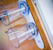 Silwy glass med magnetisk bunn - miljøbilde av glass tiltende på vegg