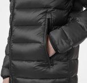 Svalbard Down Jacket fra Helly Hansen i fargen beluga. Produkt på kropp - detaljbilde av lomme