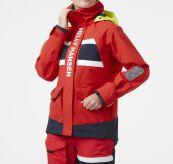 Salt Coastal Jacket fra Helly Hansen til dame i fargen Alert Red. Bildet viser jakken på modell sett forfra