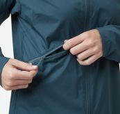 Rapide WIndbreaker Jacket fra Helly Hansen til dame i fargen midnight blue. Bildet viser lommedetalj på jakken