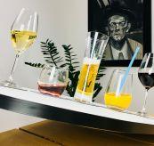Silwy glass med magnetisk bunn - miljøbilde av glass tiltende på bord