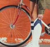 Roamer sock fra amundsen sports i fargen white/faded navy. sokken er avbildet på dame ved sykkel