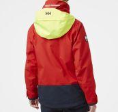 Salt Coastal Jacket fra Helly Hansen til dame i fargen Alert Red. Produktbildet viser jakken sett bakfra på damemodell